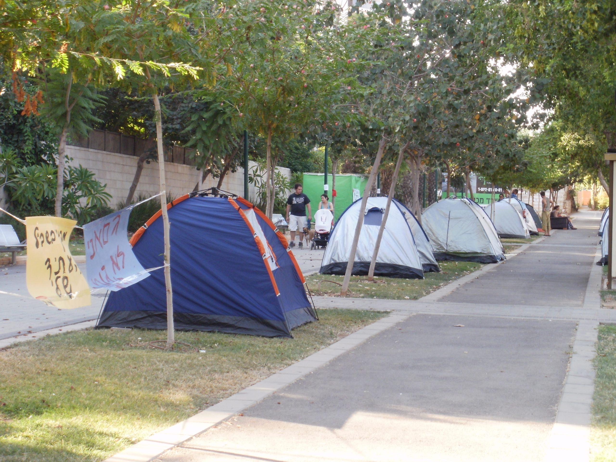 מספר אוהלים ברחוב בקרית אונו בשנת 2011, מחאת הדיור הציבורי