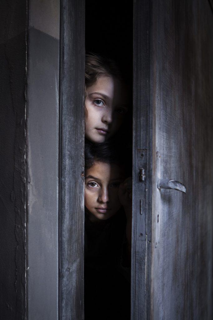 אלנה ולילה מציצות מחריץ בדלת