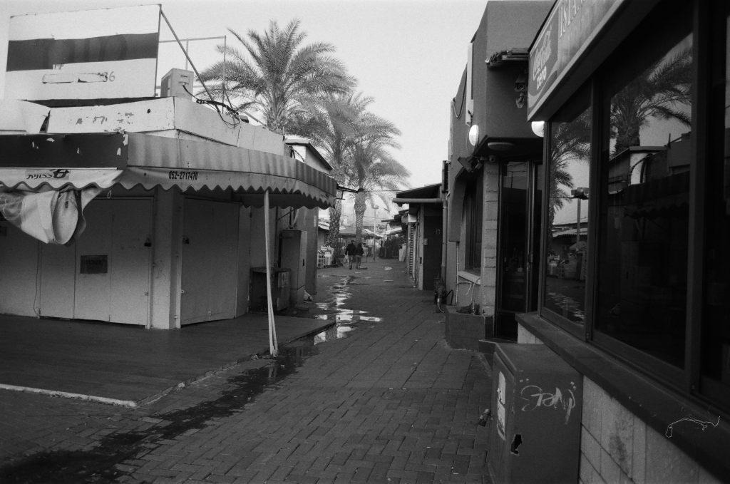 מרכזקניות או שוק ריקים מאדם בגווני שחור לבן