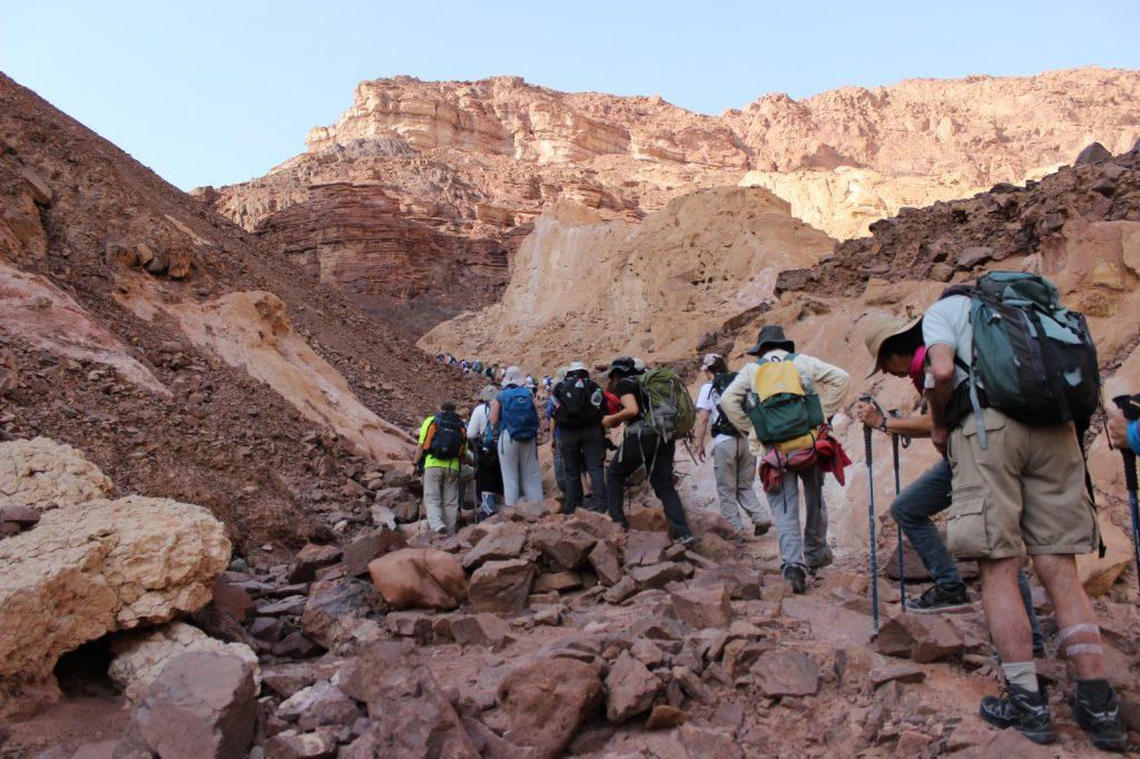 חבורת מטיילים במדבר יהודה