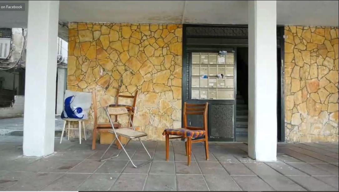 כניסה לשיכון, כיסאות ריקים מונחים בין העמודים