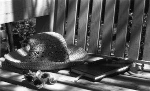 יומן וכובע מונחים על ספסל