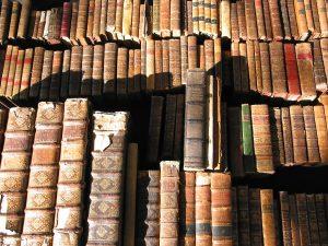 ספרים עתיקים על מדף