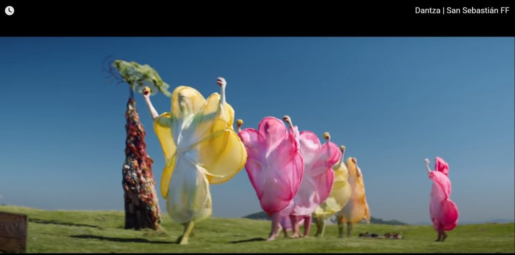 """רקדנים בתלבושות צבעוניות בסרט """"Dantza"""". מתוך פסטיבל הקולנוע הגלובלי-דיגיטלי wa are one"""