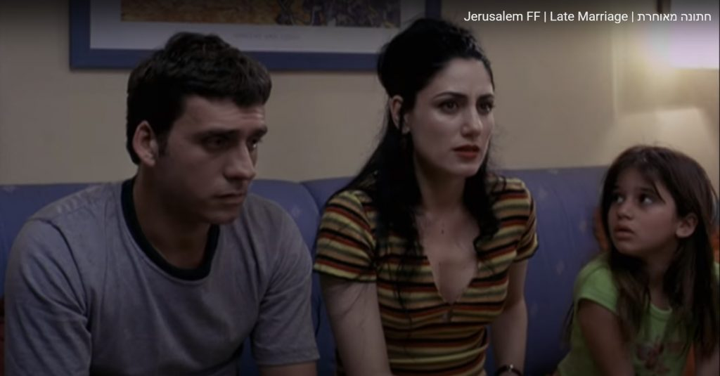 """ליאור אשכנזי, רונית אלקבץ וספיר קוגמןן בסרט """"חתונה מאוחרת"""". יושבים על ספה"""