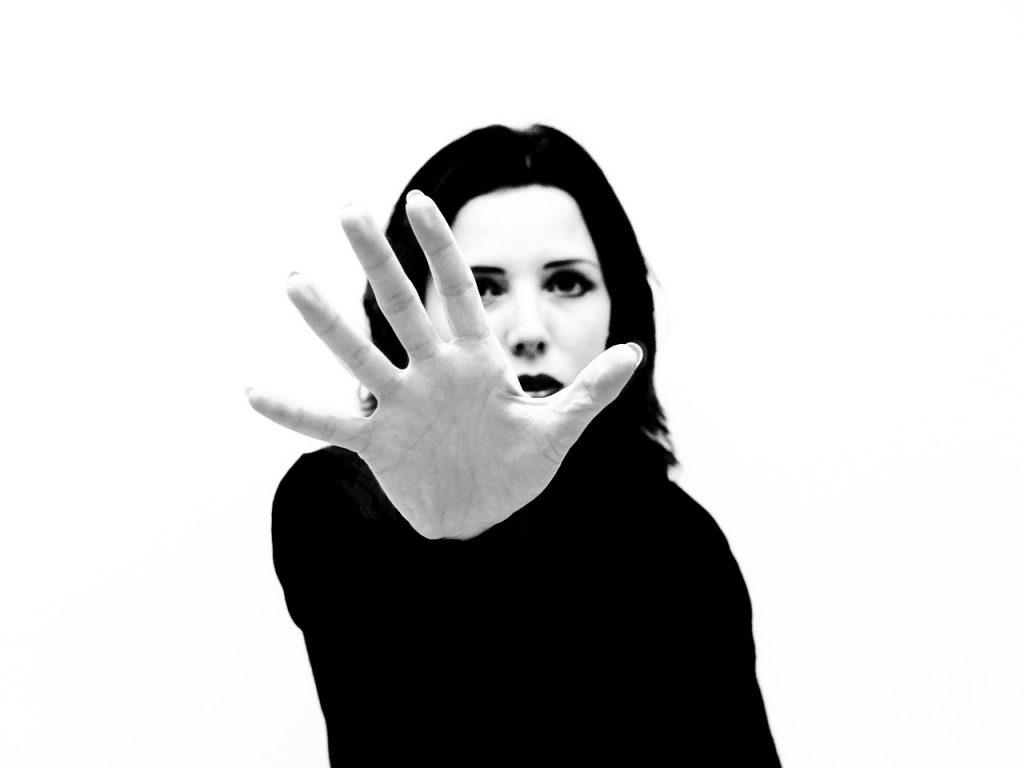 אישה מסמנת עצור עם היד