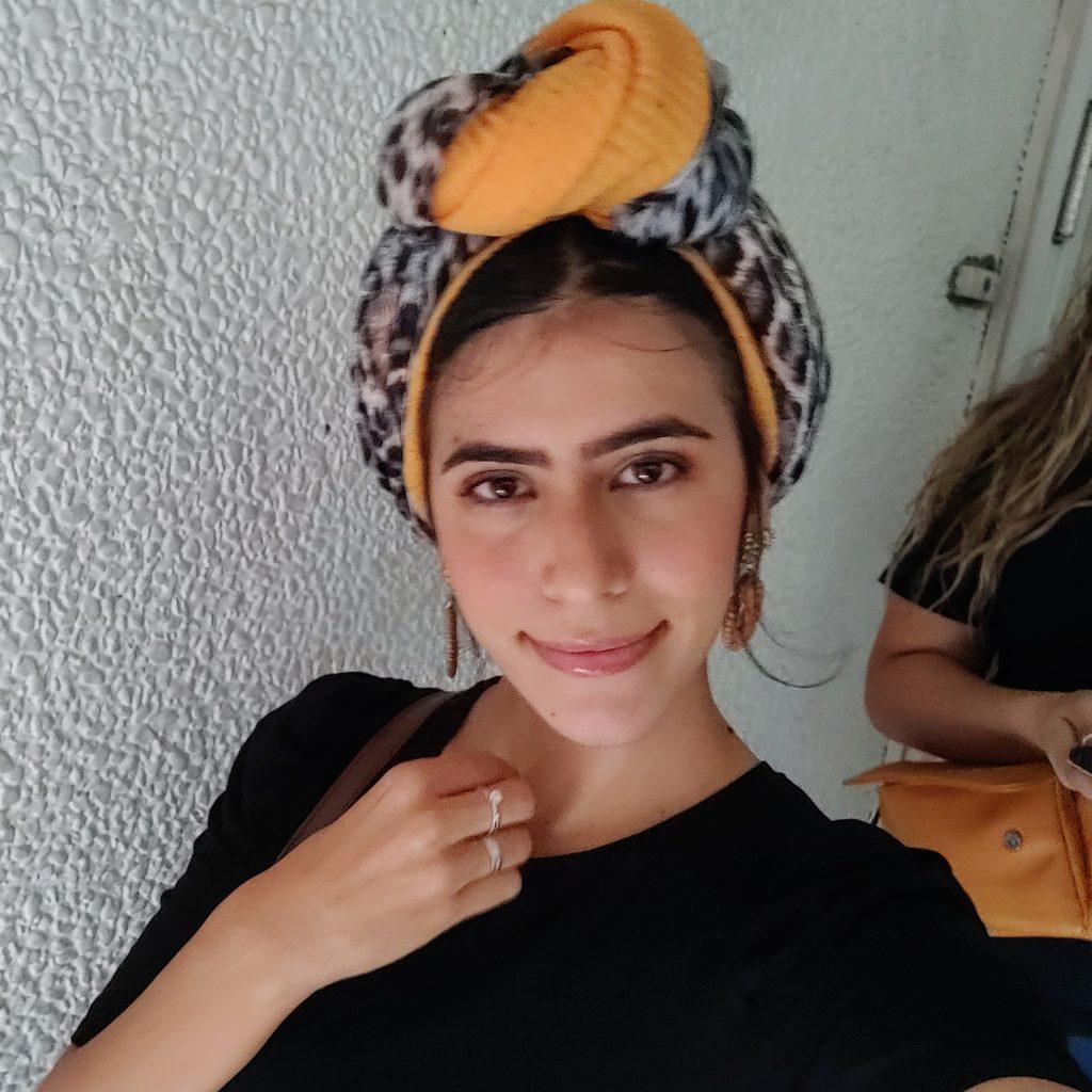 בחורה עם כיסוי ראש
