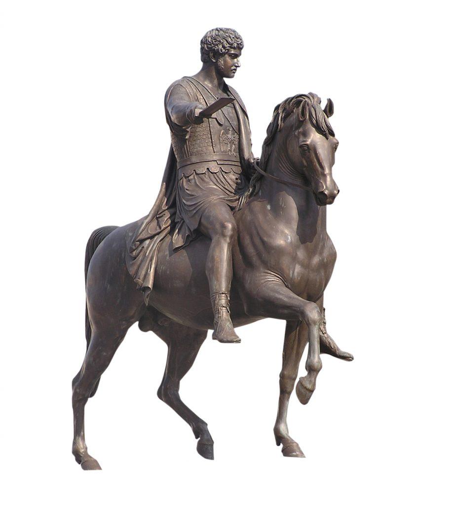 פסל של דמות גברית על גבו של סוס