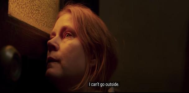 איימי אדמס מתבוננת דרך חלון ביתה ואומרת ״אני לא יכולה לצאת החוצה״