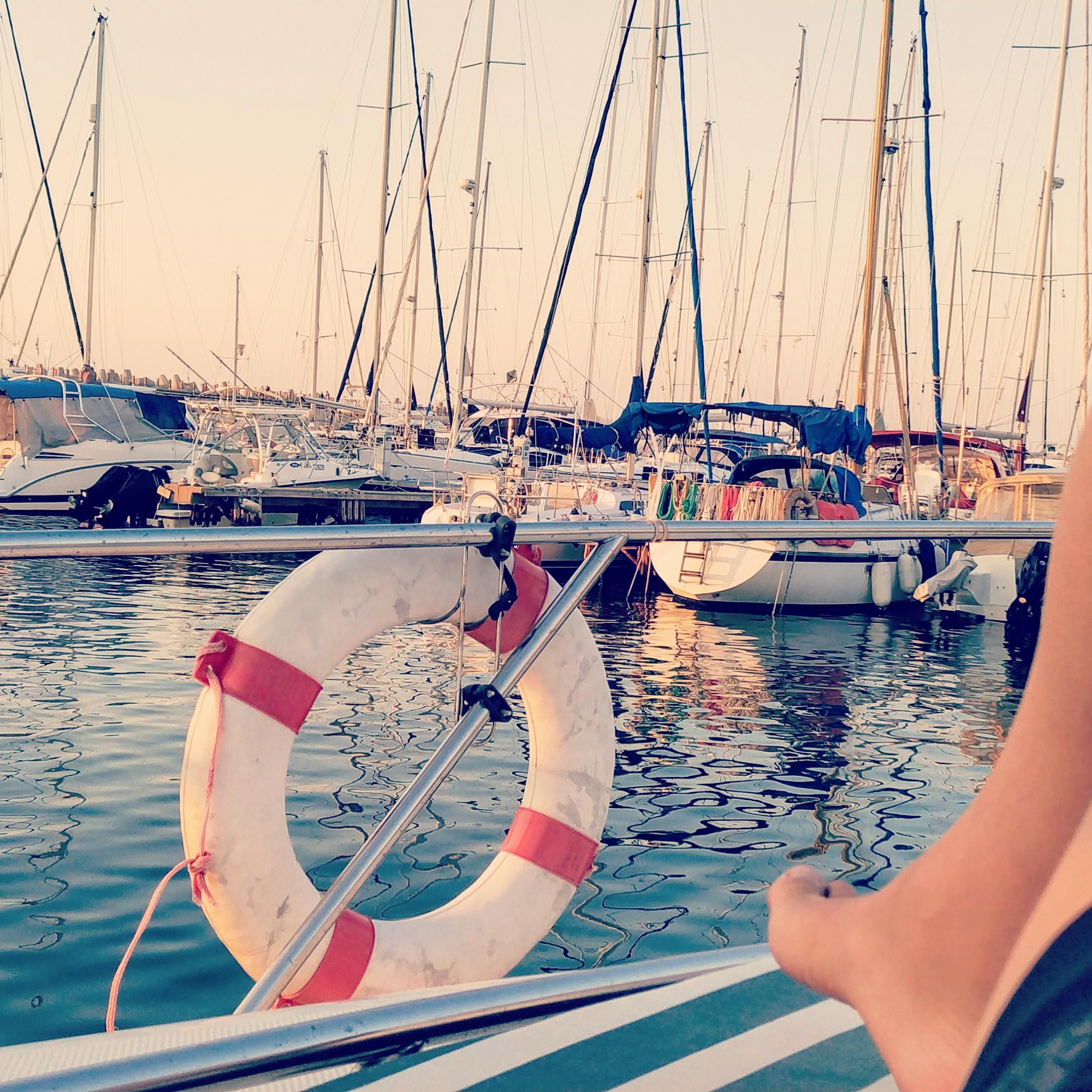 הנוף של המרינה מחרטום הסירה של יובל