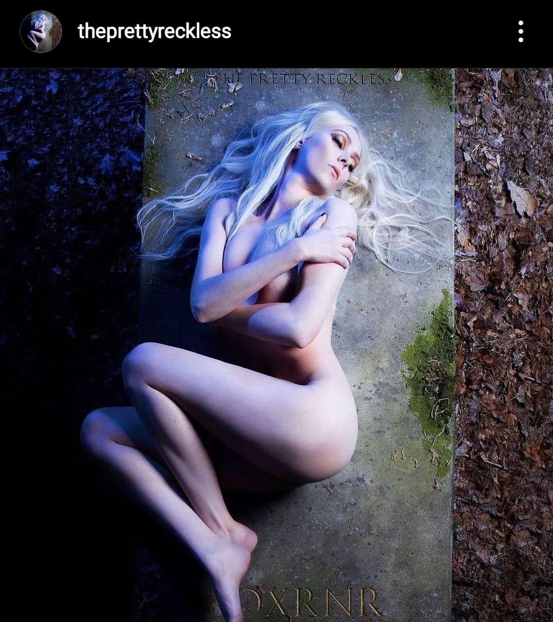 תמונת הקאבר של האלבום החדש, בה אישה שוכבת ערומה על קבר