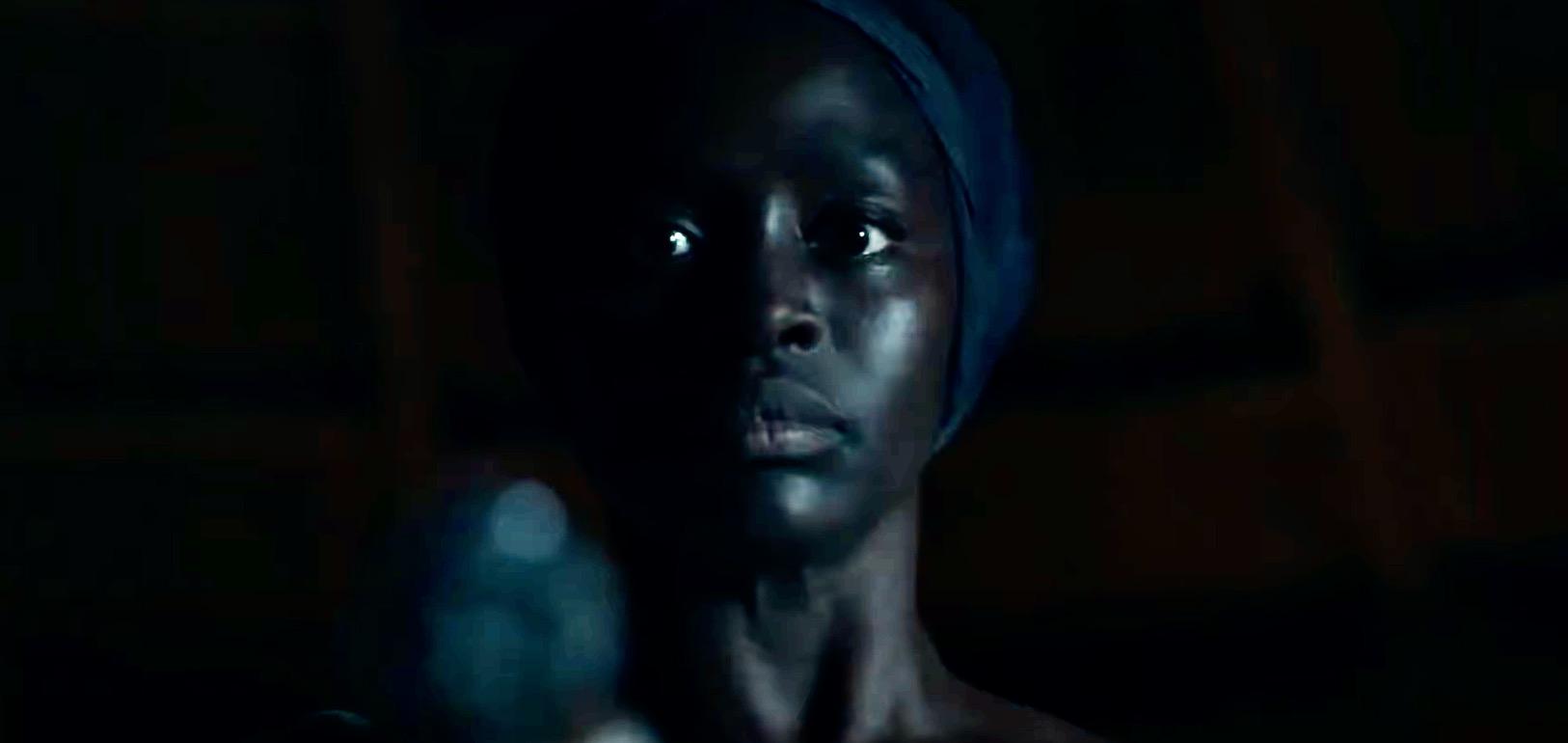 אישה אפרו אמריקאית מכוונת אקדח. מתוך הטריילר