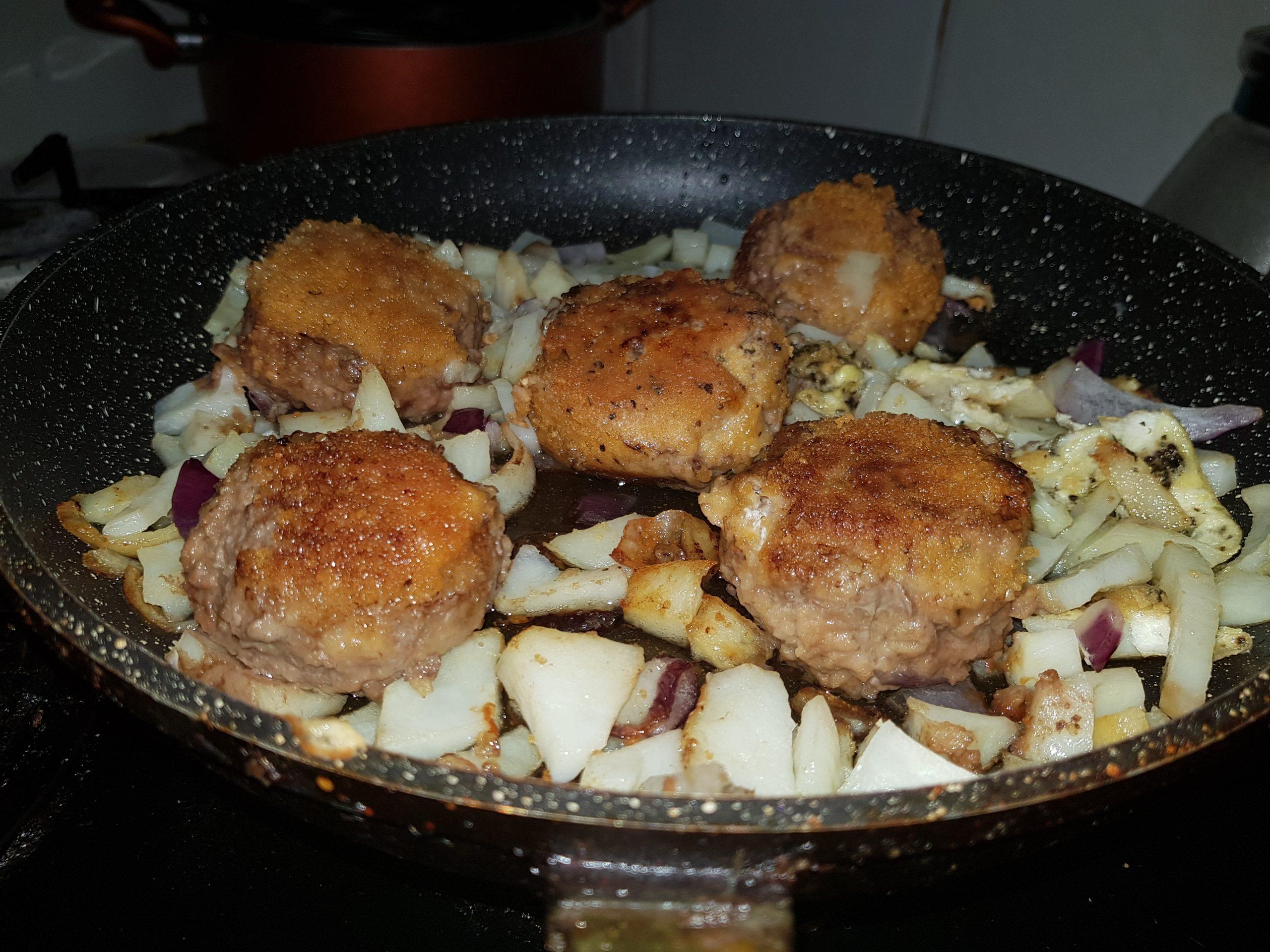 קציצות מטוגנות עם תפוחי אדמה ובצל