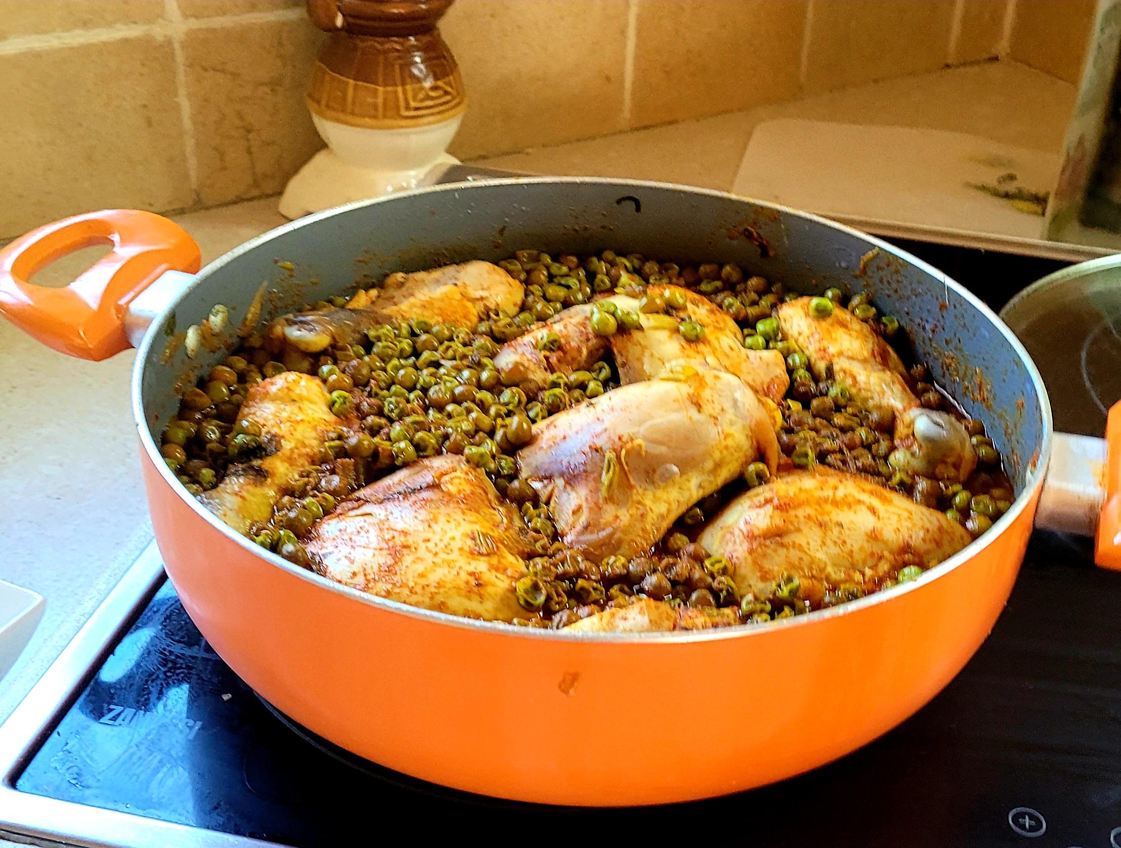 סיר עם תבשיל עוף ועפונה